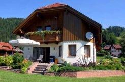 Reizendes Zweifamilienhaus in schöner, ruhiger Sonnen-Aussichtslage
