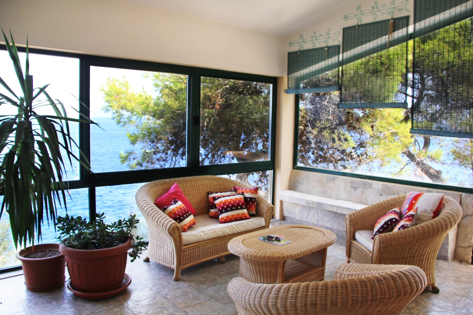 Exclusive villa in the first line bordering directly on the sea