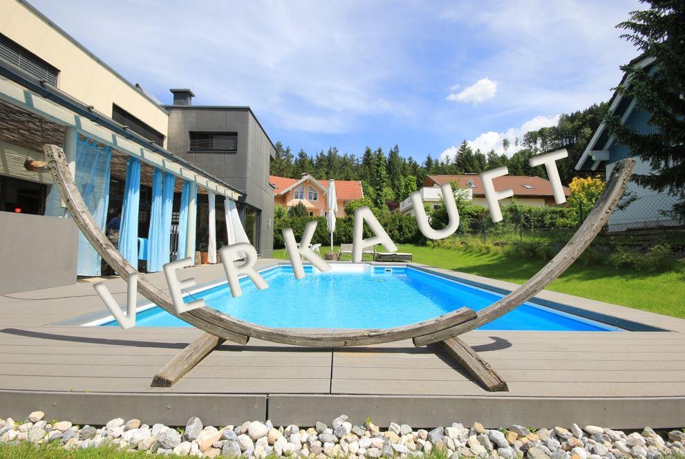 VERKAUFT – Schönes Architektenhaus mit Sauna, Swimmingpool und Doppelcarport in Sonnenlage