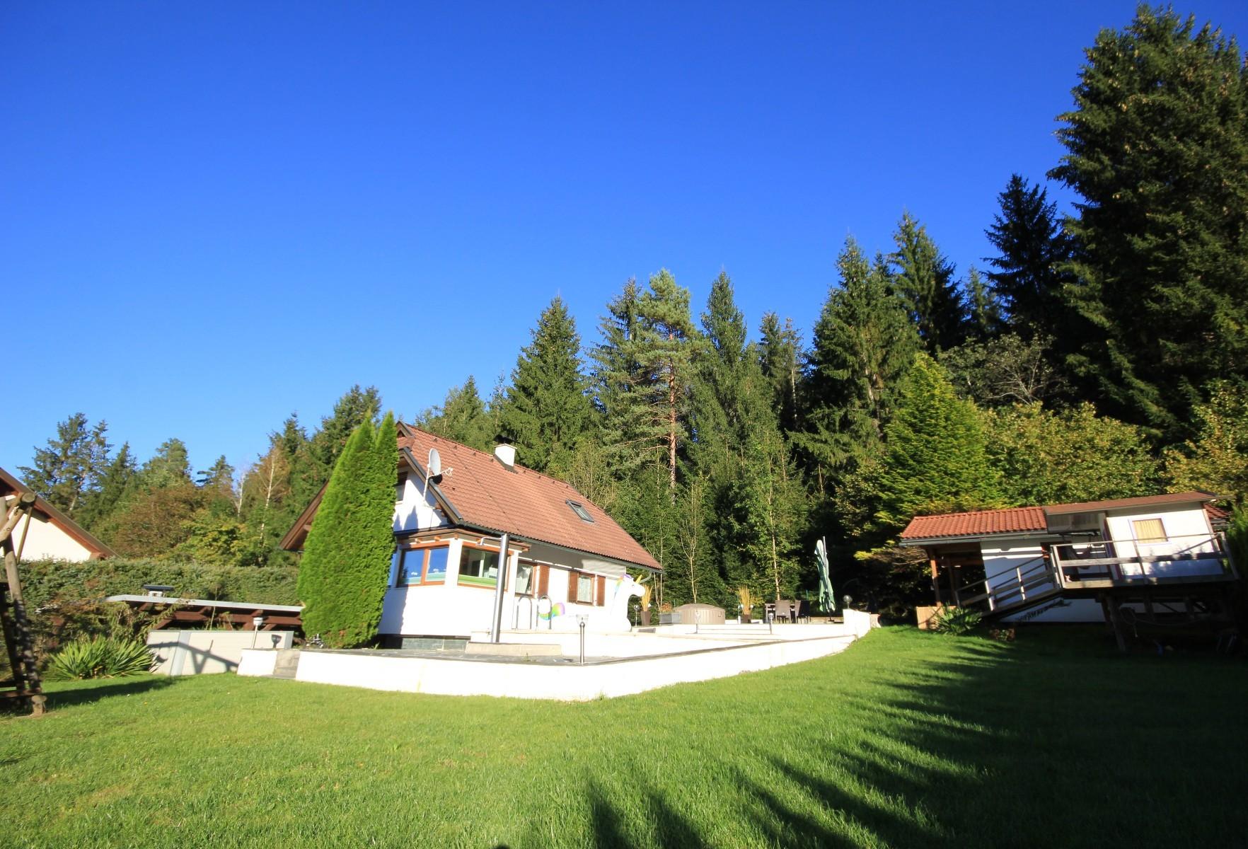 Reizendes Einfamilienhaus mit Swimmingpool in ruhiger Waldrandlage