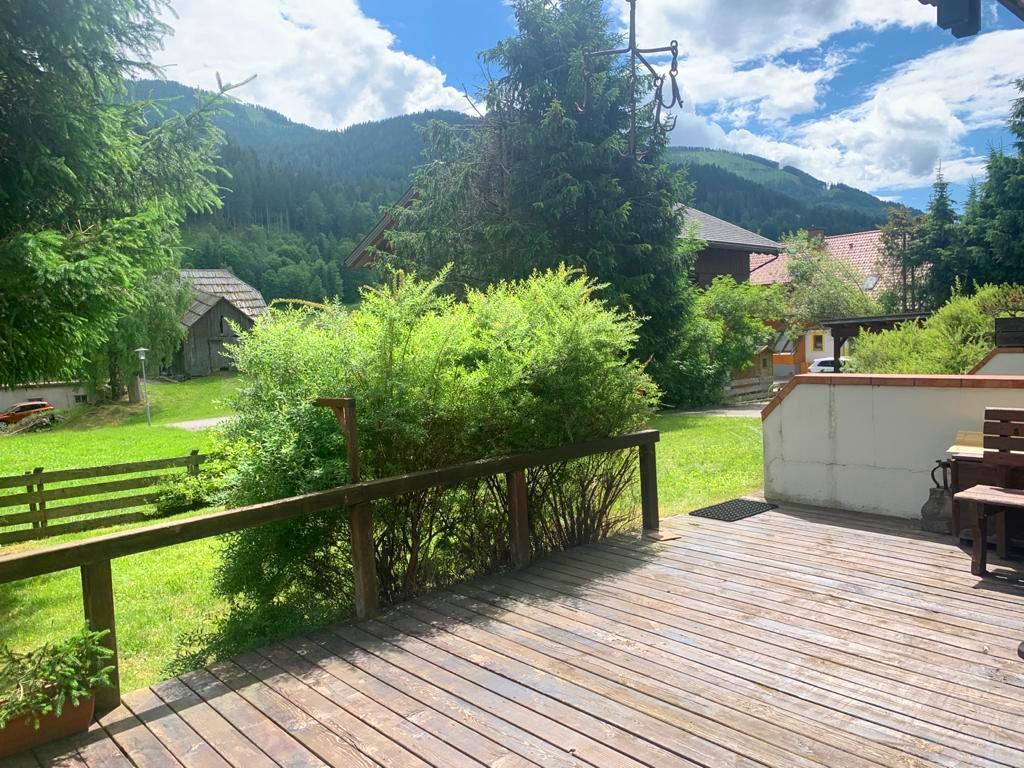 Curato appartamento con ampia terrazza in posizione soleggiata