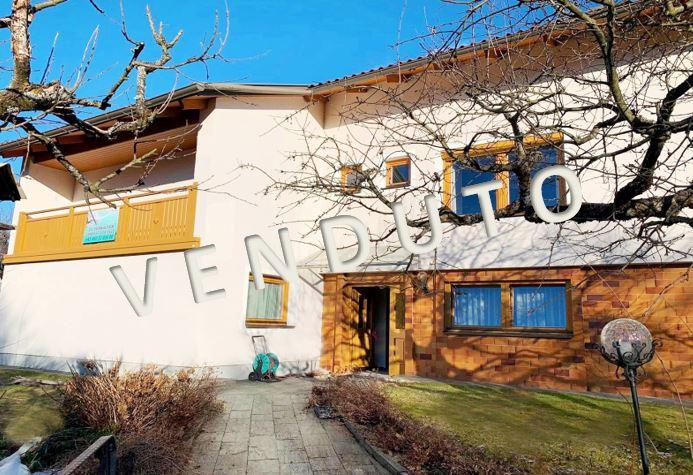 VENDUTO – Sonnig gelegenes Wohnhaus mit Pool, Gartenhaus und Garage in wunderschöner Panoramalage