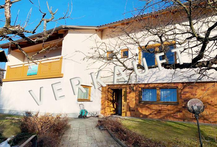 VERKAUFT – Sonnig gelegenes Wohnhaus mit Pool, Gartenhaus und Garage in wunderschöner Panoramalage