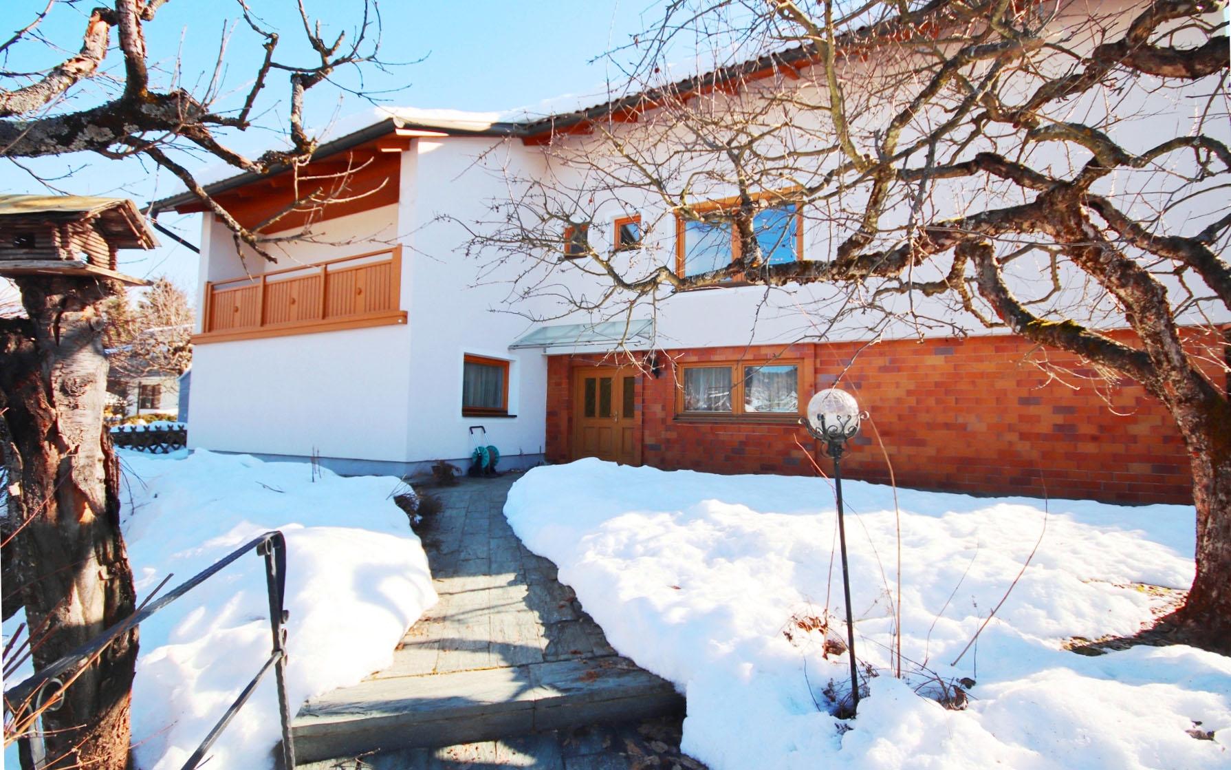 Sonnig gelegenes Wohnhaus mit Pool, Gartenhaus und Garage in wunderschöner Panoramalage