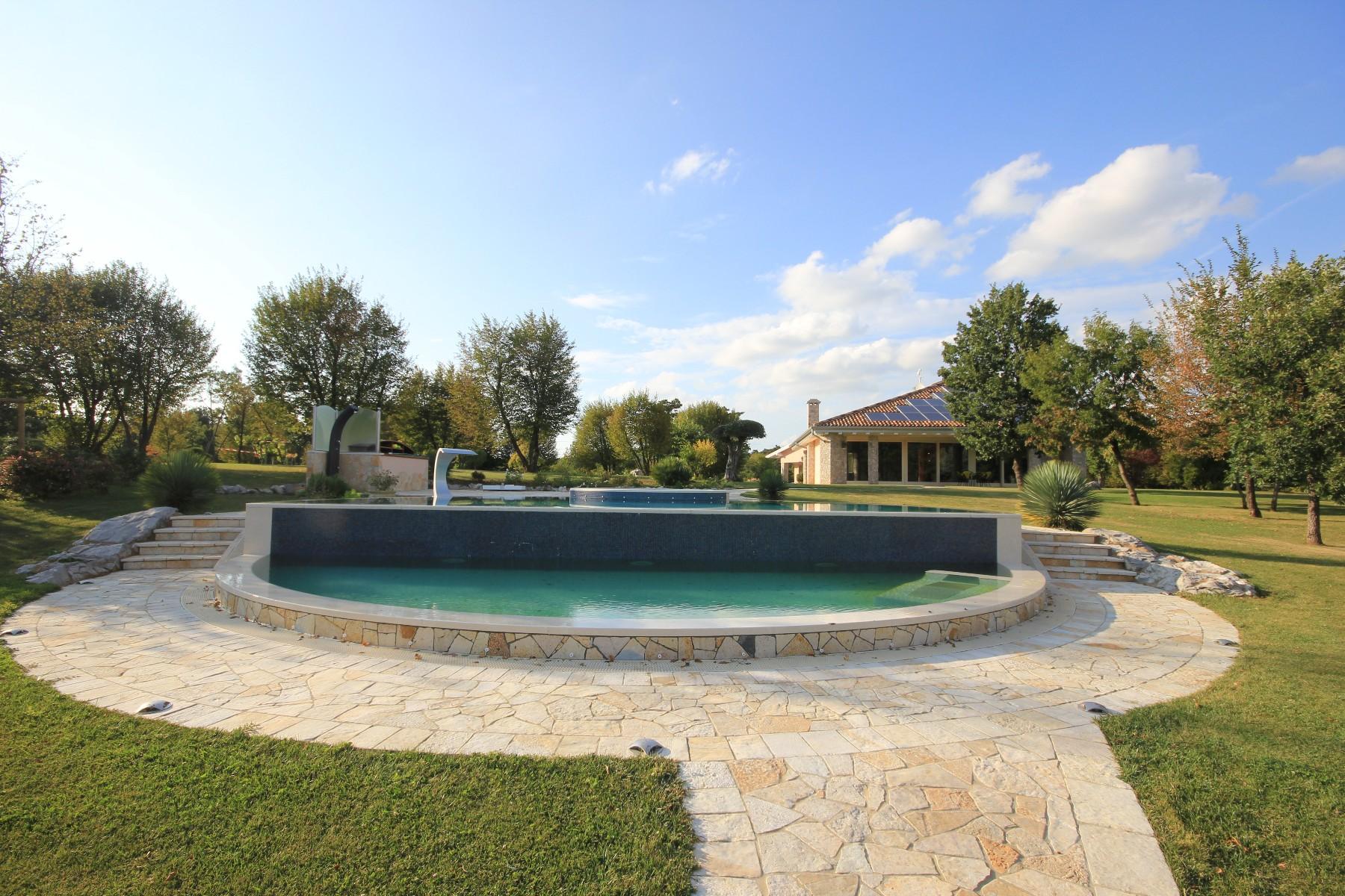 Lussuosa proprietà con esclusiva villa immersa nel parco con piscina