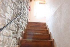 Stiegenaufgang Hauptwohneinheit mit Steinmauer